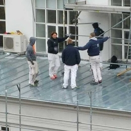 Unsafe working on top of the roof