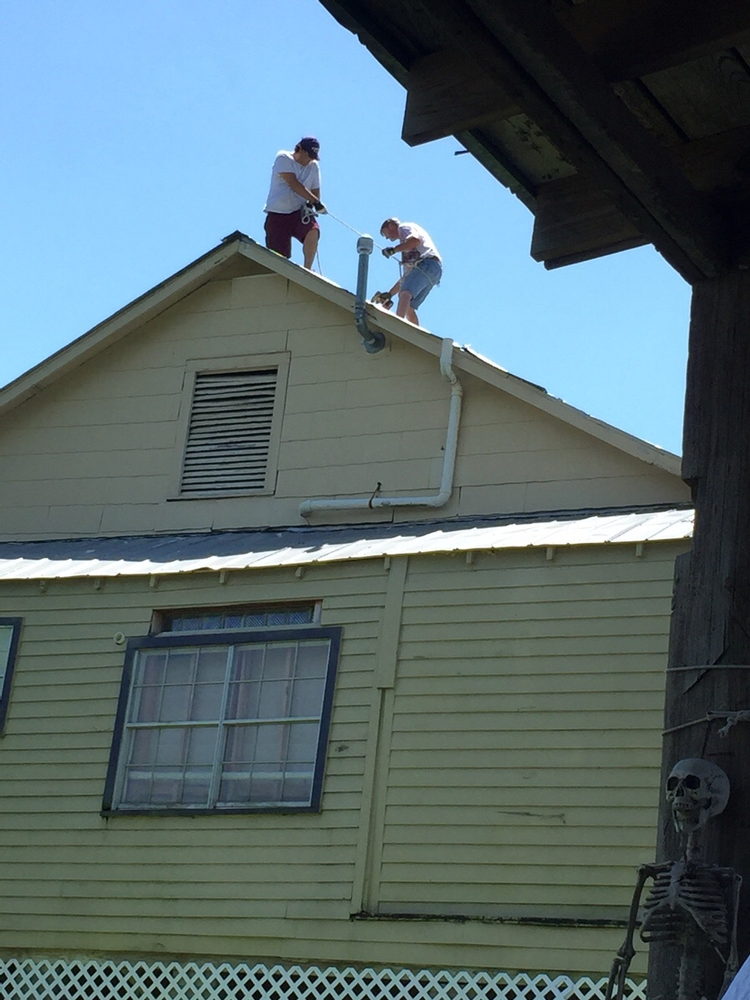 Picture of A bit of rope held by your mate on the same roof isn't actually 'safe'